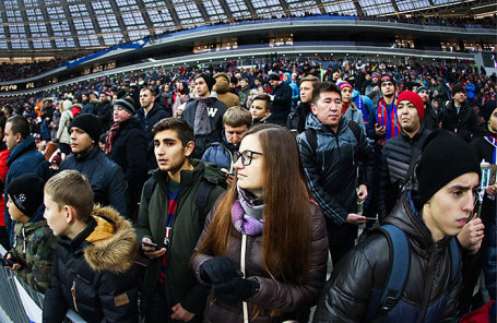Болельщики на товарищеском матче по футболу между сборными командами России и Аргентины на стадионе «Лужники».