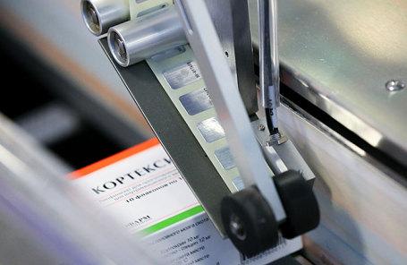 Маркировка ноотропного препарата на заводе фармацевтической компании.