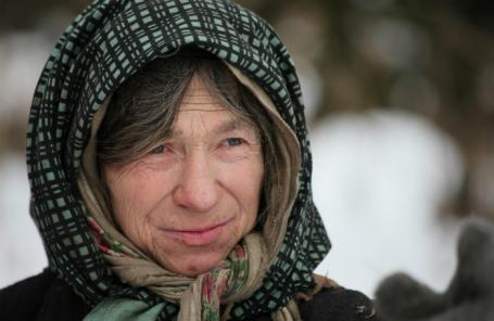 Отшельница Агафья Лыкова у своего дома в горах Абаканского хребта Западного Саяна.