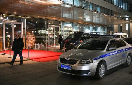 Полицейский автомобиль у входа в башню «Око» московского международного делового центра «Москва-Сити».