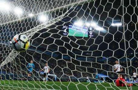 Вратарь «Тосно» Давид Юрченко (справа) пропускает гол в матче чемпионата России по футболу с «Зенитом».