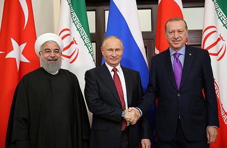 Президент Ирана Хасан Роухани, президент России Владимир Путин и президент Турции Реджеп Тайип Эрдоган (слева направо) во время встречи в Сочи, 22 ноября 2017.