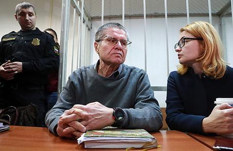 Бывший министр экономического развития РФ Алексей Улюкаев (в центре), обвиняемый в получении взятки в 2 миллиона долларов, и его адвокат Виктория Бурковская во время заседания в Замоскворецком суде, 22 ноября 2017.