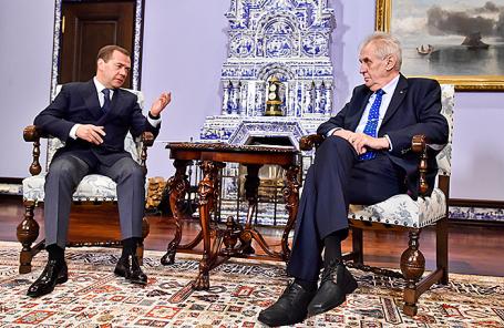 Премьер-министр РФ Дмитрий Медведев и президент Чехии Милош Земан (слева направо).