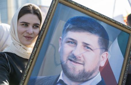 Девушка с портретом Рамзана Кадырова во время праздничного концерта в День народного единства.