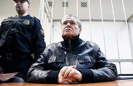 Бывший министр экономического развития РФ Алексей Улюкаев, обвиняемый в получении взятки в 2 миллиона долларов, перед началом заседания в Замоскворецком суде, 27 ноября 2017.