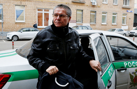Алексей Улюкаев у здания Замоскворецкого суда в Москве, 27 ноября 2017.