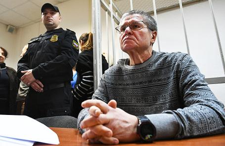 Бывший министр экономического развития РФ Алексей Улюкаев (справа), обвиняемый в получении взятки в 2 миллиона долларов, перед началом заседания в Замоскворецком суде.