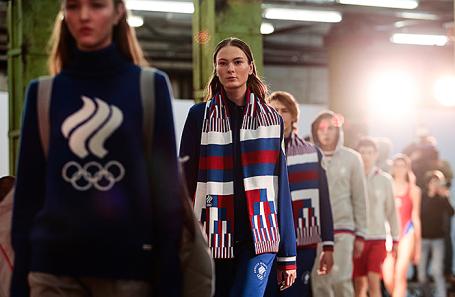 Модели во время премьерного показа экипировки олимпийской сборной России и casual-коллекции бренда Zasport.