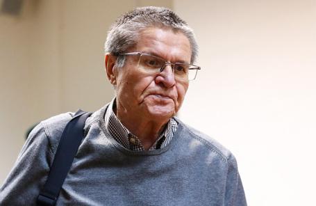 Бывший министр экономического развития РФ Алексей Улюкаев, обвиняемый в получении взятки в 2 миллиона долларов, перед началом заседания в Замоскворецком суде.