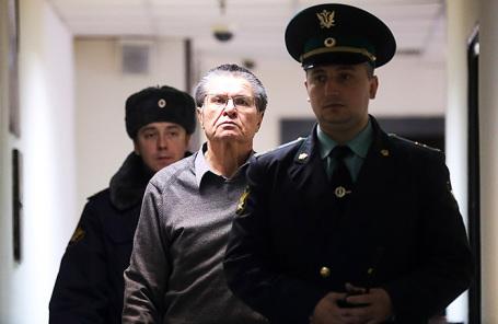 Бывший министр экономического развития РФ Алексей Улюкаев (в центре), обвиняемый в получении взятки в 2 миллиона долларов, перед началом заседания в Замоскворецком суде.