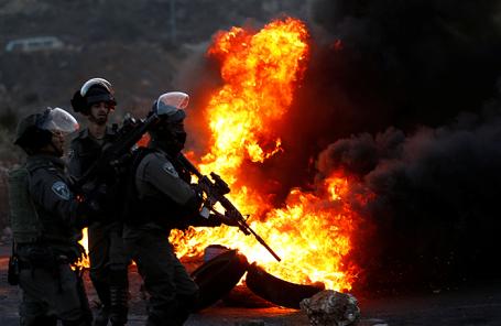 Израильские полицейские во время акции протеста палестинцев в Рамалле.