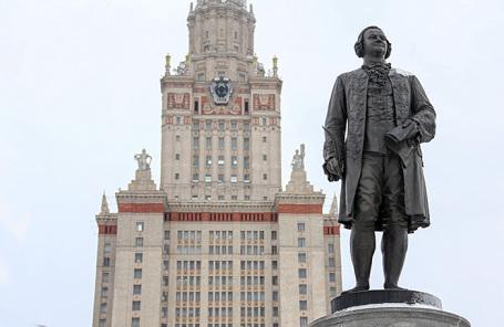 У главного здания Московского государственного университета им. М. В. Ломоносова на Ленинских горах.