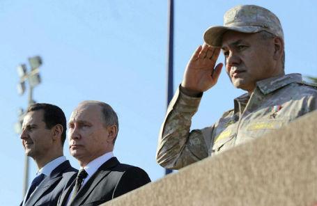 Президент РФ Владимир Путин, министр обороны РФ Сергей Шойгу и президент Сирии Башар Асад на авиабазе Хмеймим.
