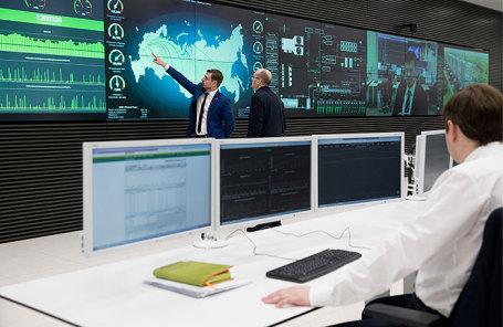 Сотрудник в центре обработки данных (ЦОД) «Сколково» Сбербанка России в инновационном центре «Сколково».