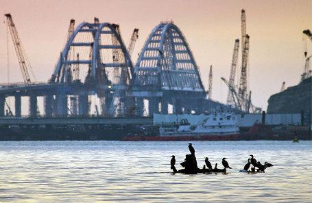 Вид на строящийся Крымский мост через Керченский пролив.