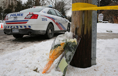 Цветы у дома канадского миллионера Барри Шермана.