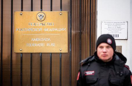Табличка у здания посольства Российской Федерации в Республике Молдова на улице Штефана чел Маре.