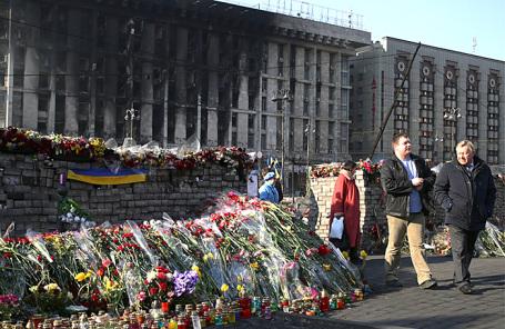 Горожане у баррикад в центре города, 11 марта 2014 года.