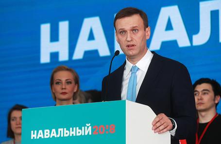 Оппозиционер Алексей Навальный с супругой Юлией (в центре) во время встречи в Серебряном бору с инициативной группой по выдвижению его в кандидаты на предстоящих в 2018 году президентских выборах, 24 декабря 2017.