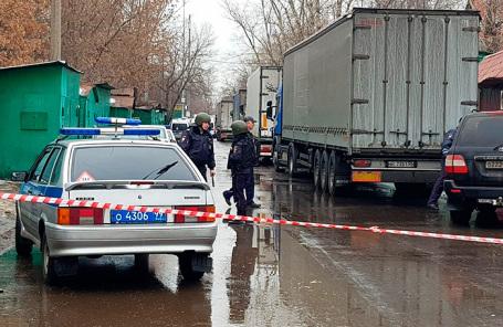 Работа оперативных служб на месте стрельбы на фабрике «Меньшевик».