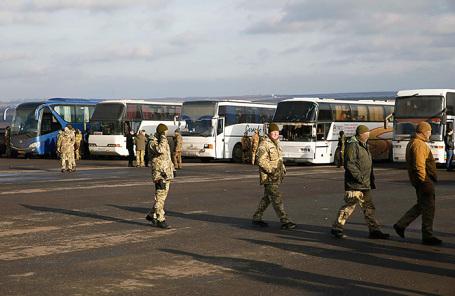 Военнослужащие вооруженных сил Украины около автобусов с военнопленными из Донецкой области.