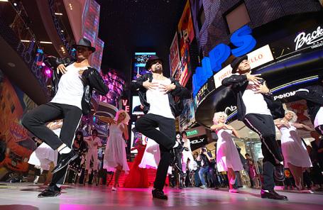 Артисты во время шоу в торгово-развлекательном центре Vegas Крокус Сити.