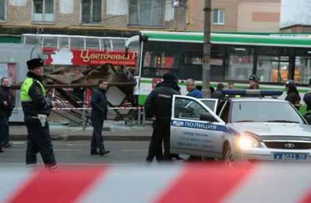 Рейсовый автобус, врезавшийся в остановку общественного транспорта на улице Сходненская.