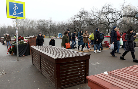 Установка заграждений перед пешеходными переходами у станций метро в Москве.