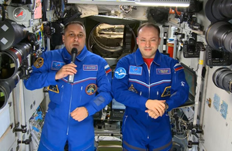 Космонавты РОСКОСМОСА Антон Шкаплеров и Александр Мисуркин поздравляют всех с борта Международной космической станции с Новым 2017 годом.
