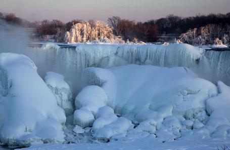 Ниагарский водопад зимой.