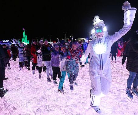 Посетители на ледовом катке на ВДНХ.