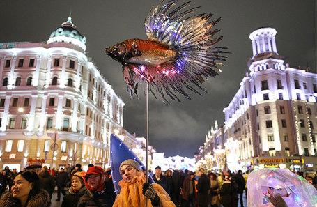 Жители столицы во время фестиваля «Путешествие в Рождество» на Тверской улице.