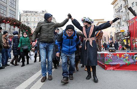 Горожане во время фестиваля «Путешествие в Рождество» на Тверской улице.