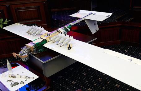Демонстрация беспилотного летательного аппарата, совершившего налет на российские военные объекты в Сирии в ночь на 6 января, в рамках брифинга в Министерстве обороны России.