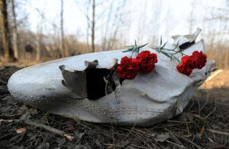 Цветы на месте крушения самолета Ту-154 под Смоленском.