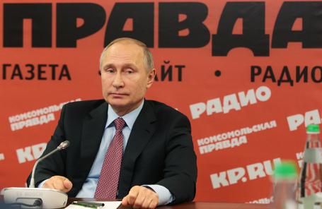 Владимир Путин во время встречи с руководителями российских печатных СМИ и информагентств в редакции газеты «Комсомольская правда»
