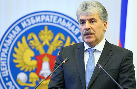 Директор совхоза имени Ленина Павел Грудинин, получивший удостоверение кандидата на пост президента РФ, после заседания Центральной избирательной комиссии РФ.
