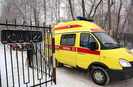 У школы №127 в Мотовилихинском районе, где произошла драка с применением ножей, в результате которой пострадали люди.