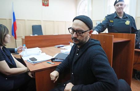 Режиссер Кирилл Серебренников, обвиняемый в мошенничестве в особо крупном размере, перед началом рассмотрения ходатайства следствия о продлении его домашнего ареста в Басманном суде.