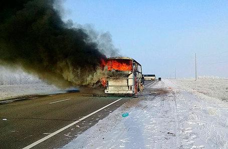 Автобус, сгоревший на автодороге Самара - Чимкент в Иргизском районе, Актюбинская область, Казахстан, 18 января 2018.