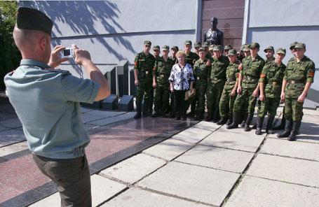 Российские миротворцы фотографируются у мемориала военных героев в Тирасполе.
