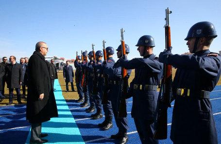 Президент Турции Реджеп Тайип Эрдоган рядом с почетным караулом.