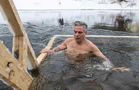 Посол США Джон Хантсман во время купания в проруби на территории Новоиерусалимского монастыря^ 21 января 2018.
