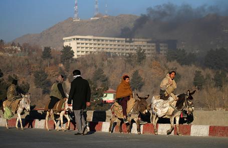 Дым над отелем Interсontinental в Кабуле, Афганистан.