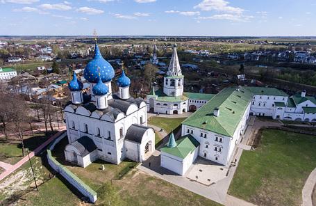 Собор Рождества Богородицы, соборная колокольня и Архиерейские палаты на территории Суздальского кремля.