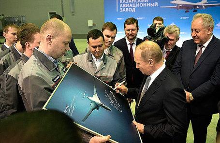 Владимир Путин во время посещения Казанского авиационного завода имени С.П.Горбунова.