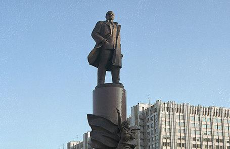 Памятник В.И. Ленину на Калужской площади в Москве.