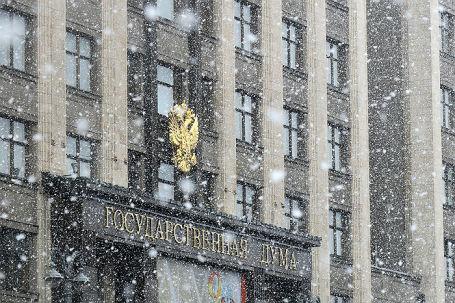 Здание Государственной Думы РФ во время снегопада.