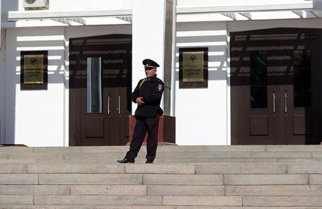 Сотрудник полиции у входа в здание правительства Республики Дагестан.